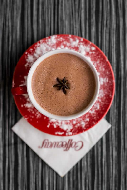 Στα Coffeeway θα βρείτε τέσσερα είδη Γαλλικής σοκολάτας σε σκόνη, 4 αρωματικές αλλά και χωρίς ζάχαρη για την απόλαυση ενός σοκολατένιου ροφήματος στο σπίτι. Classic, Τhick, Gold 35%, Λευκή. Αρωματική: Βανίλια,Φουντούκι, Φράουλα, Καραμέλα
