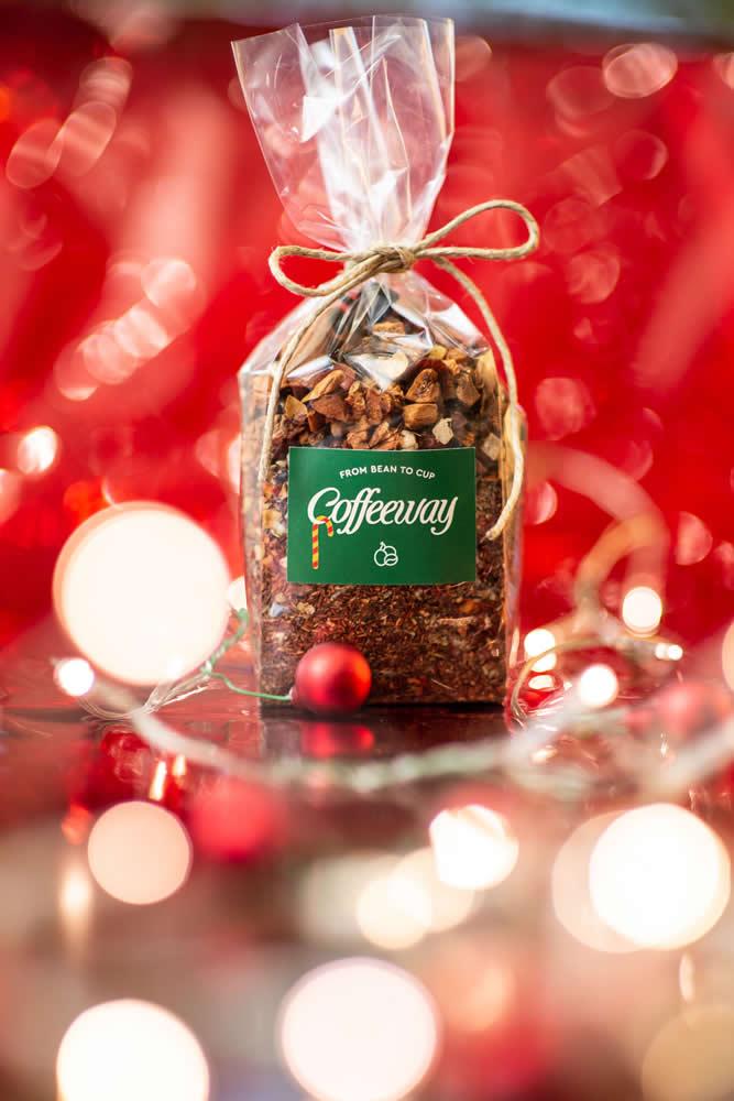 Το τσάι Χριστουγέννων που όλοι αγαπάμε ήρθε και φέτος στα Coffeeway. Κόκκινο τσάι, μήλο, κανέλα, ανανάς, τριαντάφυλλο, κόκκοι κακάο, αστεροειδής γλυκάνισος, αμύγδαλα, γαρύφαλλο & ροζ πιπέρι στο πιο εορταστικό ρόφημα που έχεις δοκιμάσει!