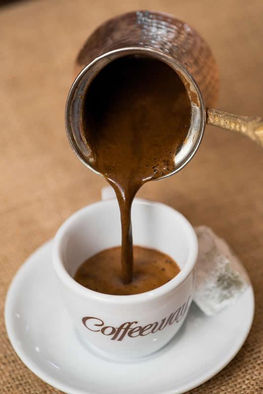 Special: Ανάμειξη ποικιλιών από Βραζιλία και Αιθιοπία Χαρμάνι με ενδιάμεσο ψήσιμο, πλούσιο άρωμα για έναν γλυκόπιοτο καφέ. Extra: Ανάμειξη ποικιλιών από Βραζιλία και Αιθιοπία Χαρμάνι έντονα καβουρδισμένο για «πικάντικο» αποτέλεσμα.