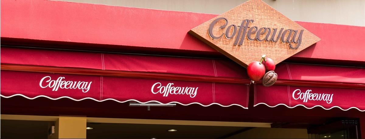 Η ιστορία της μάρκας Coffeeway ξεκίνησε το 1994 με το άνοιγμα του πρώτου μας specialty coffee shop στο Κολωνάκι, το οποίο μύησε τον καταναλωτή στον υπέροχο κόσμο του καφέ. Προσφέραμε νέες ποικιλίες γεωγραφικής προέλευσης, μοναδικά χαρμάνια με ξεχωριστό χαρακτήρα και άρωμα, και μετατρέψαμε τον καφέ από απλή καθημερινή συνήθεια, σε πραγματική απόλαυση!